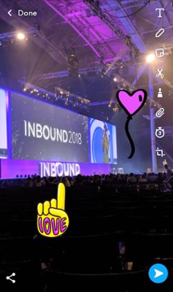 Snapchat con adhesivos añadidos de la mano de amor amarilla y el globo de corazón violeta