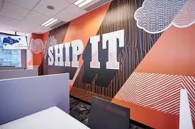 """Mural naranja que dice 'enviarlo' en una pared en la oficina de HubSpot en Singapur """"width ="""" 500 """"style ="""" width: 500px; margin-left: auto; margin-right: auto [19659022] Texto incorrecto </h4> <p><code> alt = """"Pared de la oficina HubSpot Murales de trabajo de marketing entrante de Singapur paredes naranjas lo envían"""" </code> </p> <p> ¿Qué pasa con la línea de texto alternativo de arriba? Demasiadas referencias a HubSpot. El uso de texto alternativo para rellenar las palabras clave en oraciones fragmentadas agrega demasiada pelusa a la imagen y no hay suficiente contexto. Esas palabras clave pueden ser importantes para el editor, pero no para Google. </p> <p> De hecho, el texto alternativo anterior dificulta que Google entienda cómo se relaciona la imagen con el resto de la página web o artículo en el que está publicado, evitando la imagen del ranking para las palabras clave relacionadas <em> longtail </em> que tienen niveles de interés más altos. </p> <h4> Texto alternativo bueno </h4> <p> Teniendo en cuenta el texto alternativo malo (arriba), podría ser mejor texto alternativo para esta imagen : </p> <p><code> alt = """"Mural anaranjado que dice 'enviarlo' a la pared en la oficina de HubSpot en Singapur"""" </code> </p> <h3> 2. Detalle contra especificidad </h3> <p> <strong> <img src="""