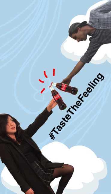 Dibujo divertido de Snapchat de dos personas que tocan botellas de Coca-Cola junto con el hashtag #TasteTheFeeling