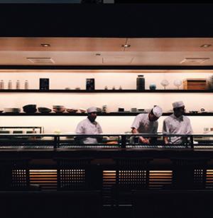 """Foto franca de tres cocineros cocinando, tomada con la cámara del teléfono """"title ="""" chef-candid.png """"width ="""" 300 """"style ="""" width : 300px; margen izquierdo: auto; margen derecho: auto"""