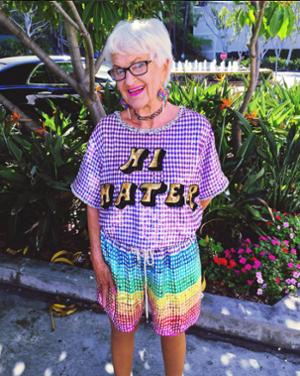 "Divertida foto tomada con un dispositivo móvil con una mujer que usa la camiseta de Hi Haters ""title ="" hi-haters.png ""width = ""300"" style = ""width: 300px; height: 301px; margin-left: auto; margin-right: auto"