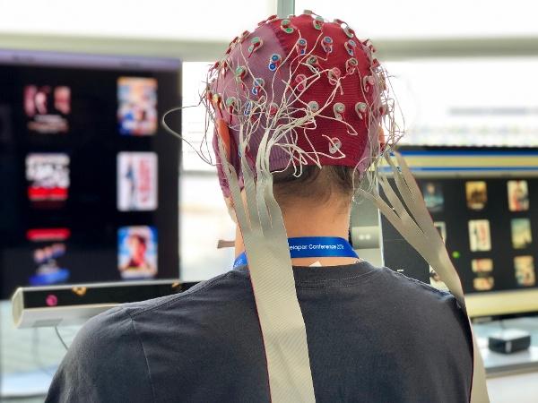 """IMG_4097 [19659013] Ruslan Aydarkhanov demuestra el prototipo del Proyecto Pontis </em> </span> </p> <p> Luego, utilizando inteligencia artificial y aprendizaje automático, esas señales se convierten en lo que Aydarkhanov llama """"información significativa"""": los detalles se traducen en lo que el usuario desea hacer. . </p> <p> Este prototipo en particular usa una combinación de las señales cerebrales y los movimientos oculares mencionados anteriormente para ayudar con la actividad de seleccionar una película para ver. </p> <p> """"Para las selecciones simples de menús, solo usamos movimientos oculares, porque es mucho Más eficiente """", explica Aydarkhanov. """"Pero cuando quieres <em> encontrar </em> una película, es una tarea más complicada, porque no estás seguro de lo que quieres ver"""". </p> <p> Ahí es donde entra la inteligencia artificial y el aprendizaje automático. </p> <p> """"Usamos la reacción del cerebro para ver lo que es interesante para usted"""", dice Aydarkhanov, """"y mostramos una muestra de películas para que el sistema pueda, según su reacción, entender qué es esta cosa en particular que quiero ver """". </p> <p> Pero lo que presenta uno de los mayores desafíos para desarrollar este prototipo son los matices de la interacción humana, ya sea con otros humanos o con máquinas. </p> <p style="""